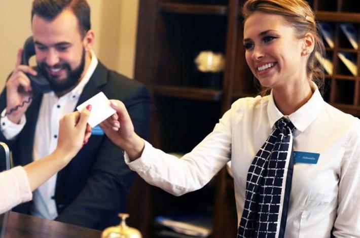 Recepcionista de hotel: por que você deve capacitá-los?